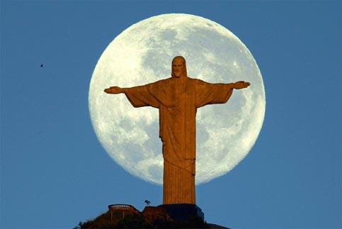 Cristo Redentor na frente da Lua de Antonio Gauderio