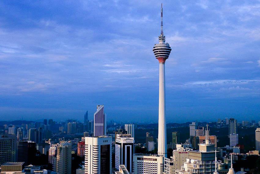 Torre em Kuala Lumpur é a 5º mais alta do mundo, com 421 metros! (foto: Reprodução/Wikipédia)