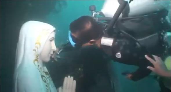 Milagre! Mergulhadores encontram estátua de Nossa Senhora intacta no fundo do mar! Verdadeiro ou falso? (foto: Reprodução/YouTube)