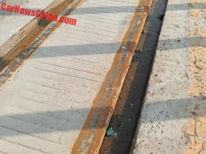 Os trilhos são canalhetas improvisadas! (foto: Reprodução/Car News China)