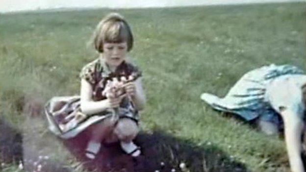 Elizabeth e a mãe - Annie - ao lado! Note a cor do vestido da mãe. (foto: Reprodução)