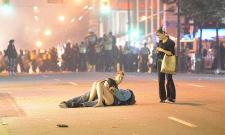 Casal estaria se beijando em confronto em Vancouver