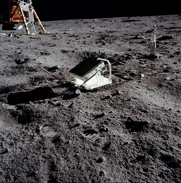 Refletores instalados no solo lunar pelos astronautas da NASA! (foto: Wikipédia)