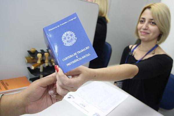 O Governo vai pagar R$ 3.284 pra quem tem 2 anos de registro em carteira?