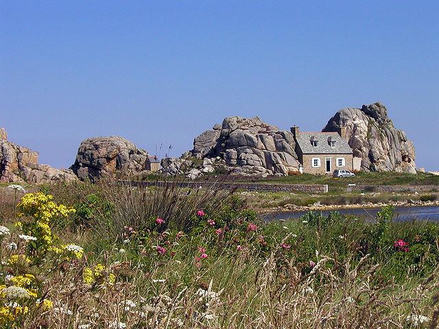 Casa entre as rochas em Plougrescant