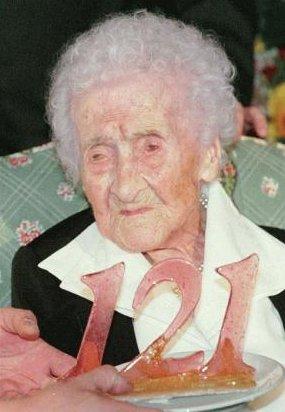 A francesa Jeanne Calment, em seu 121° aniversário - em 1996 (foto: Reprodução/Wikipédia)