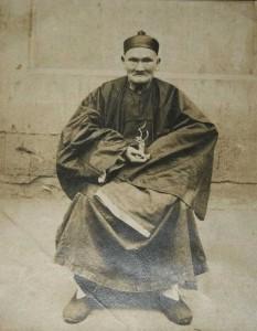 """Uma das poucas """"provas"""" da existência do mestre Li Ching-Yuen. Quantos anos ele aparenta ter nessa imagem? (foto: Reprodução/Wikipédia)"""