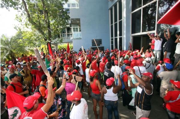 Grupo de manifestantes em frente à Secretaria de Segurança Pública da Bahia (foto: Reprodução)