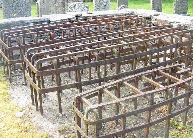 Mortsafes em um pátio da igreja em Logierait , Perth e Kinross , Escócia. (foto: Wikipédia)