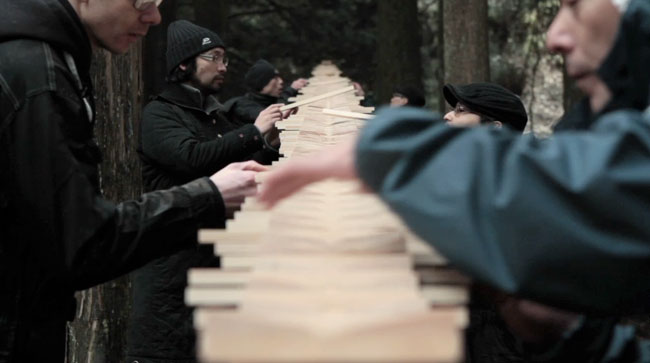 Equipe de artesões fazendo os últimos ajustes no xilofone! (foto: Reprodução)
