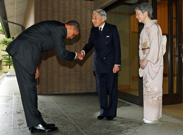 Obama cumprimenta o imperador do Japão! (foto: reprodução/Facebook)