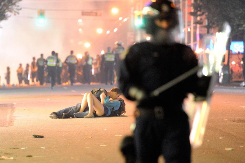Casal beijando em Vancouver