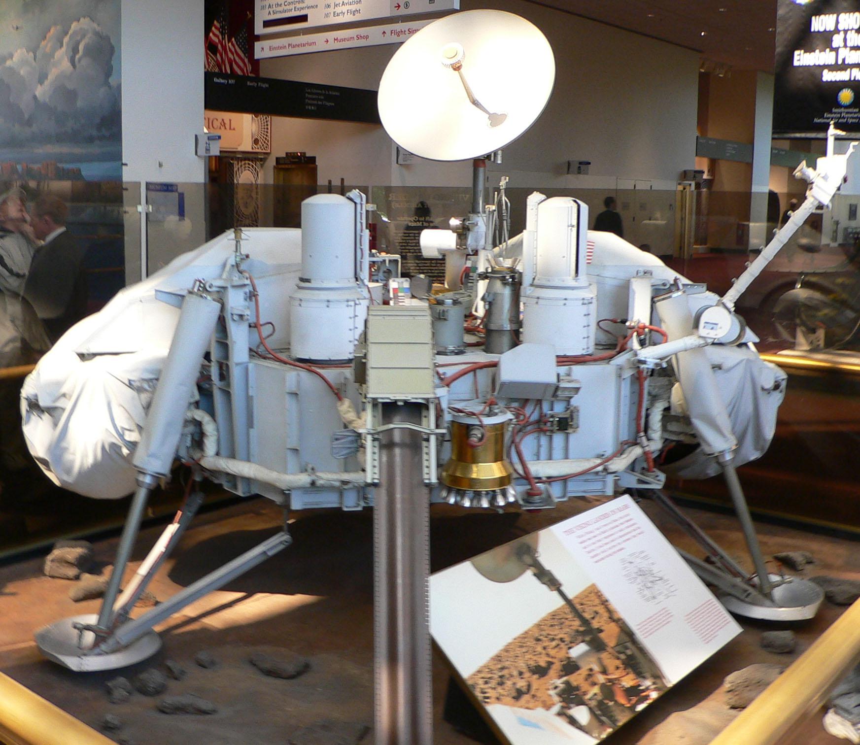 Podemos perceber nessa réplica da Sonda Viking que ela não possui rodas! (foto: Reprodução/Wikipédia)
