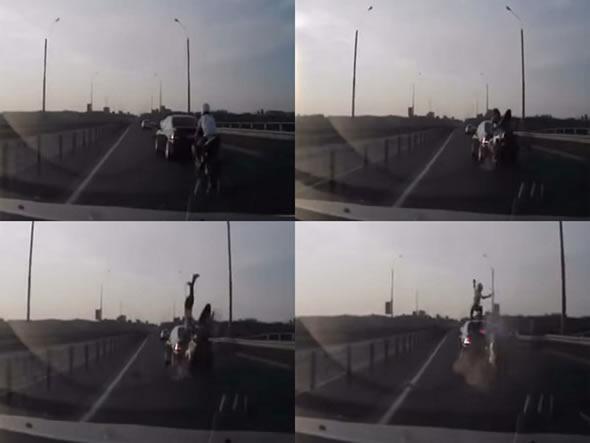 Motoqueiro bate na traseira de um BMW e cai de pé no teto do carro! Será? (foto: Reprodução/YouTube)