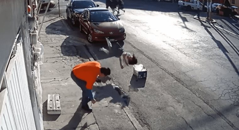 Moça dá um salto inacreditável e cai em uma caixa na rua! Qual é a explicação?