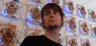 O artista Adam Brandejs e sua criação: o genpet