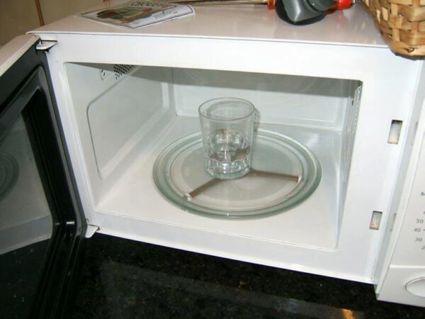 Água aquecida em micro-ondas pode explodir e causar queimaduras! Será verdade? (foto: reprodução/Facebook)