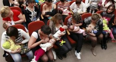 Mamães estão proibidas por lei de dar de mamar aos filhos em público? (foto: Reprodução/Facebook)