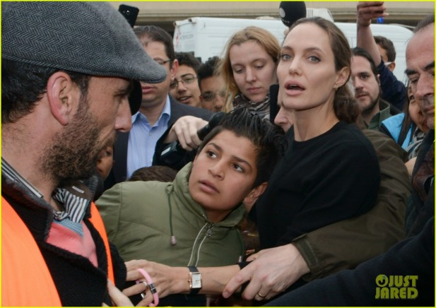 Angelina Jolie em visita aos refugiados sírios em um porta na Grécia! (foto: Reprodução)