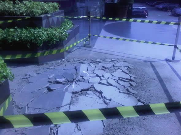 Calçada quebrada mostra onde o anjo teria caído na Indonésia!