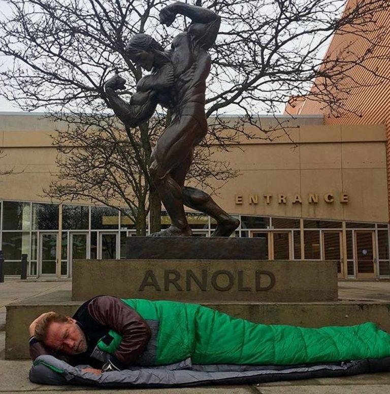 Arnold Schwarzenegger dormiu na rua ao ser recusado em um hotel?