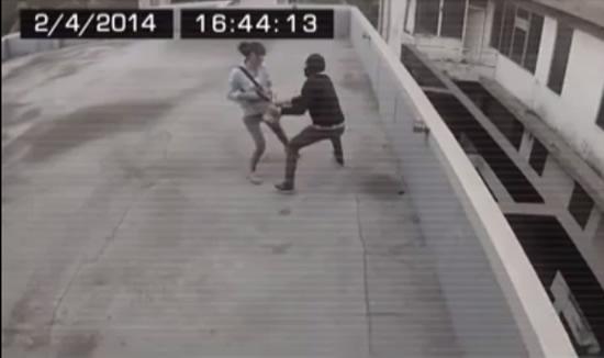 Assaltante tenta roubar a bolsa de uma moça e acaba levando um tiro na cabeça! Verdade ou farsa? (foto: reprodução/Facebook)