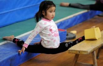 Pequena ginasta chinesa treinando em uma escola em Hefei