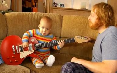Bebê tocando Guitarra