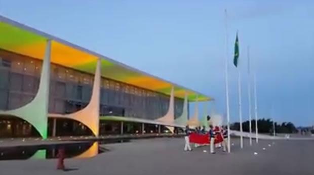 Planalto hasteia bandeira vermelha ao lado da do Brasil! Será?