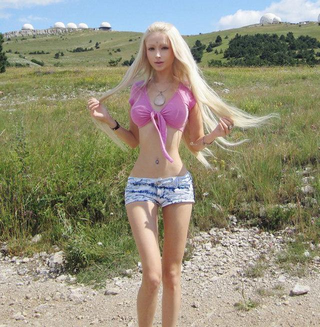 A modelo ucraniana Valeria Lukyanova, a Barbie humana, afirmou que está se alimentando apenas de luz e ar! Será possível? (foto: Divulgação)