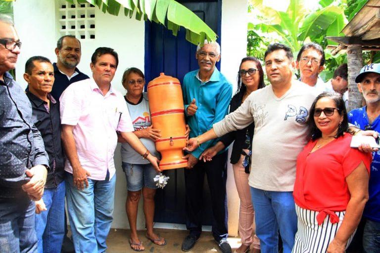 Um prefeito no Maranhão reuniu todo seu secretariado para entregar um único filtro de barro em uma escola?
