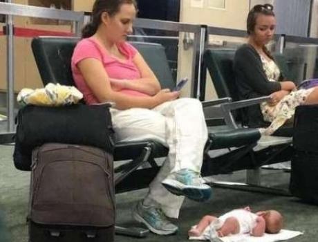 Mulher troca o calor humano de seu bebê pra jogar no celular! Será verdade? (foto: Reprodução/Facebook)