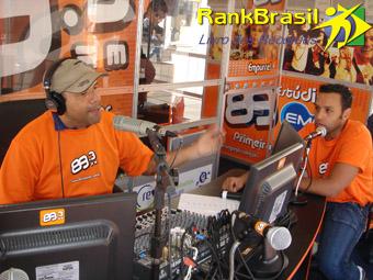 O locutor Beto Café tentando bater um recorde de mais horas sem dormir! (foto: Reprodução/Rank Brasil)