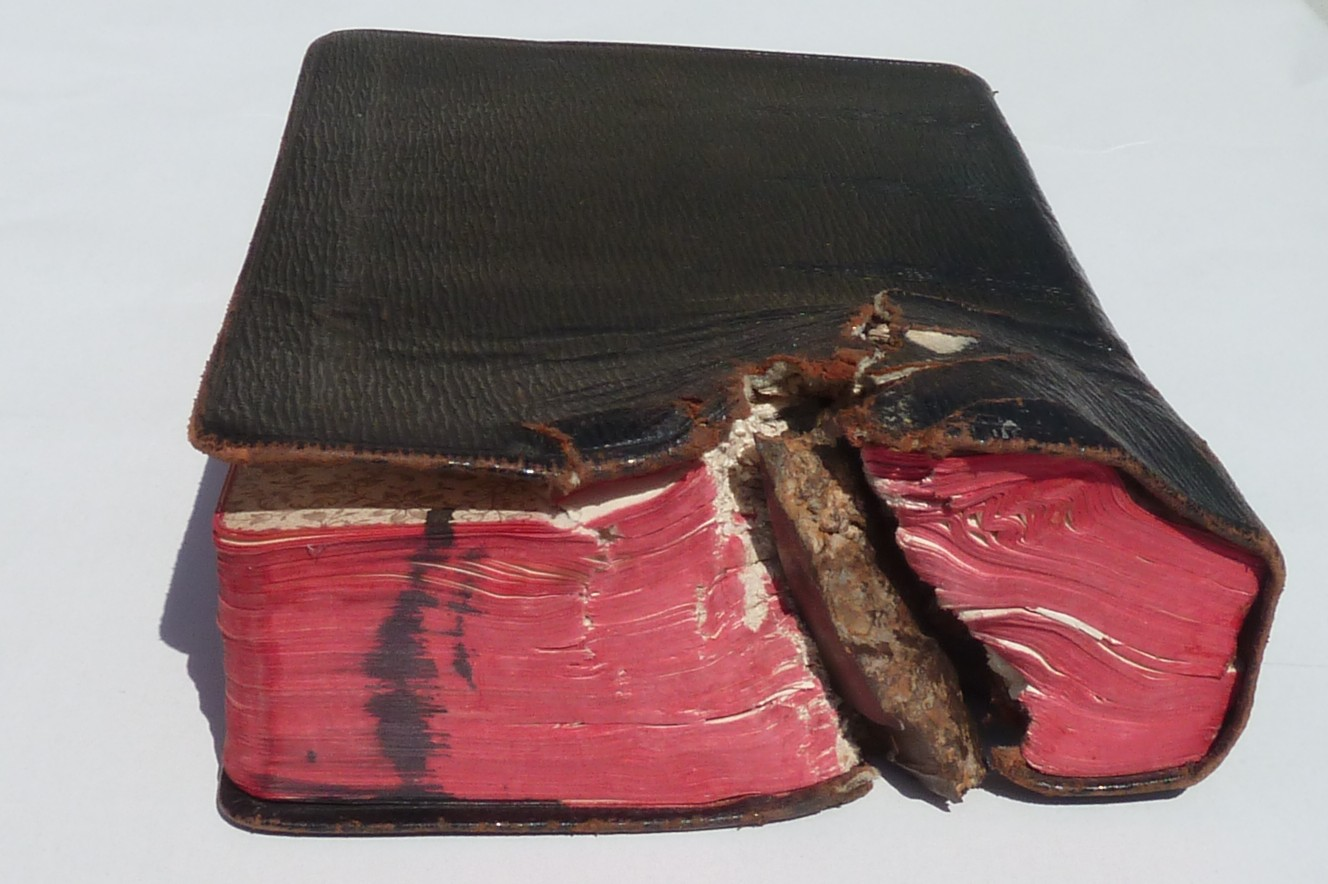 Bíblia teria salvado um jovem da morte! Será verdade? (foto: Reprodução/Facebook)