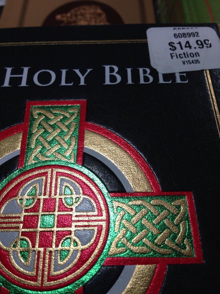 Loja estaria vendendo bíblias na seção de ficção! Será? (foto: Reprodução/Twitter)