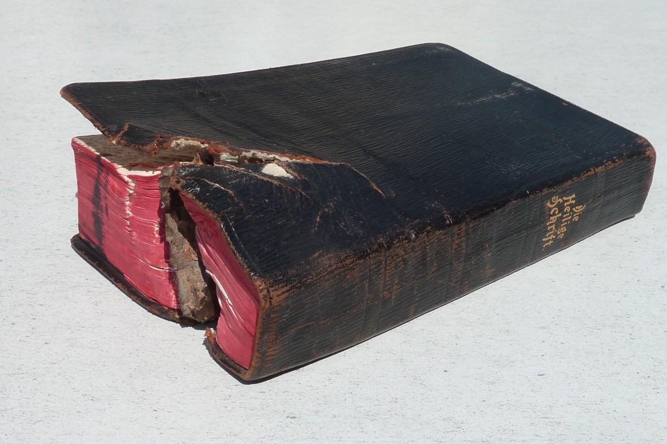 Bíblia salvou a cabeça do soldado de ser atingido por estilhaço de uma bomba! (foto: Reprodução)