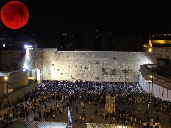 Perceba a lua vermelha sobre o muro das lamentações em Jerusalém!