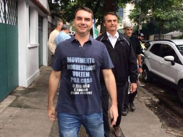Flávio Bolsonaro posou usando camiseta com dizeres contra os nordestinos?