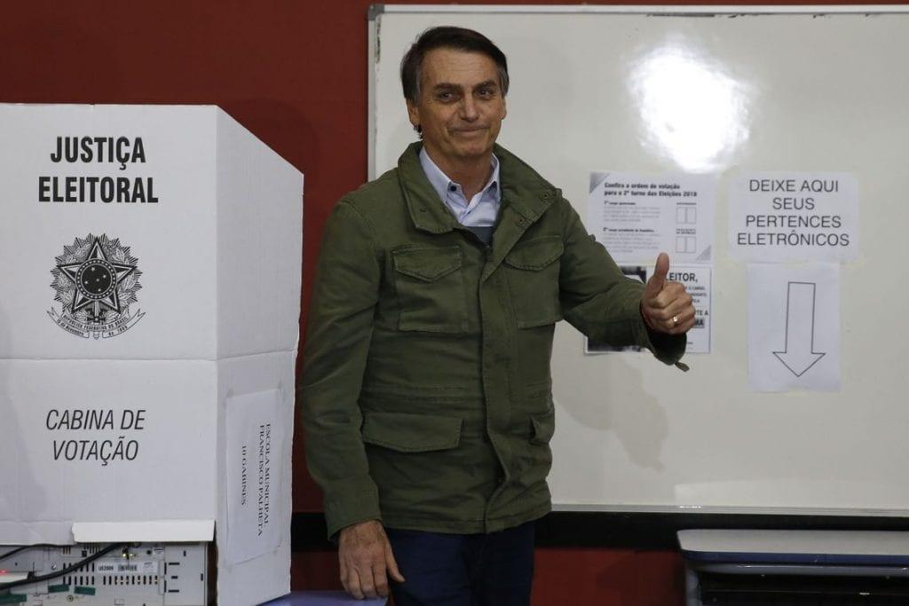 Jair Bolsonaro em frente à urna eletrônica após votar, em 2018