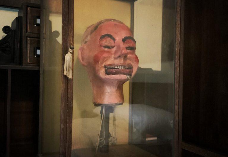 Boneco de ventríloquo da Segunda Guerra Mundial piscou e mexeu a boca sozinho?