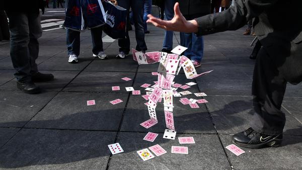 Greatest Card Trick Ever - Incrível mágica com baralhos na rua!