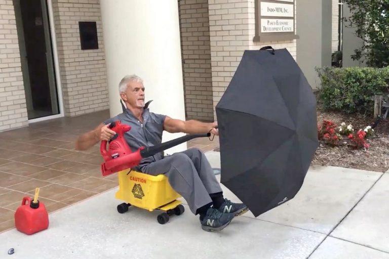 Um zelador construiu um veículo usando um soprador de folhas e um guarda-chuva?