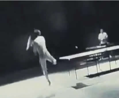 Bruce Lee jogando tenis!