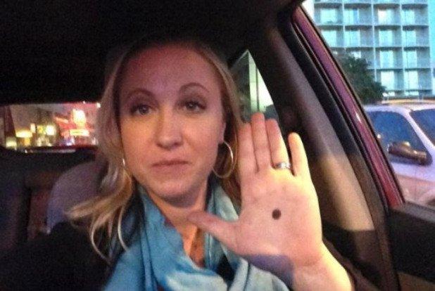Marca na palma da mão seria um código secreto para denunciar abusos domésticos! Será verdade? (foto: Reprodução/Facebook)