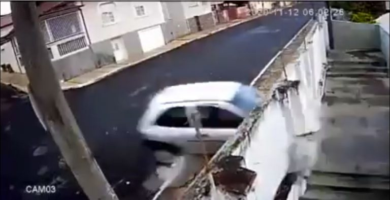 Pintura imitando estrada faz motorista bater em um muro! Será verdade?