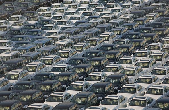 Milhares de carros estão abandonados pelas montadoras! Será verdade? (foto: Reprodução/Facebook)