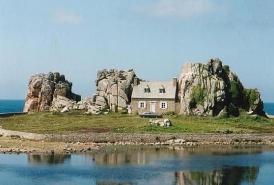 Estranha contrução entre as rochas em Plougrescant, na França!