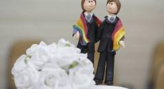 Mulher teria entrado com um processo contra todos os gays do mundo! Será verdade?