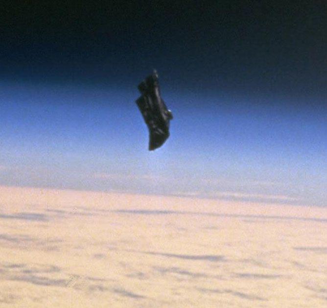 O mistério do satélite de 13.000 anos Black Knight revelado!