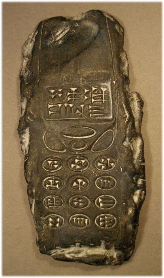 Celular antigo era, na verdade, uma escultura! (foto: Reprodução/Facebook)